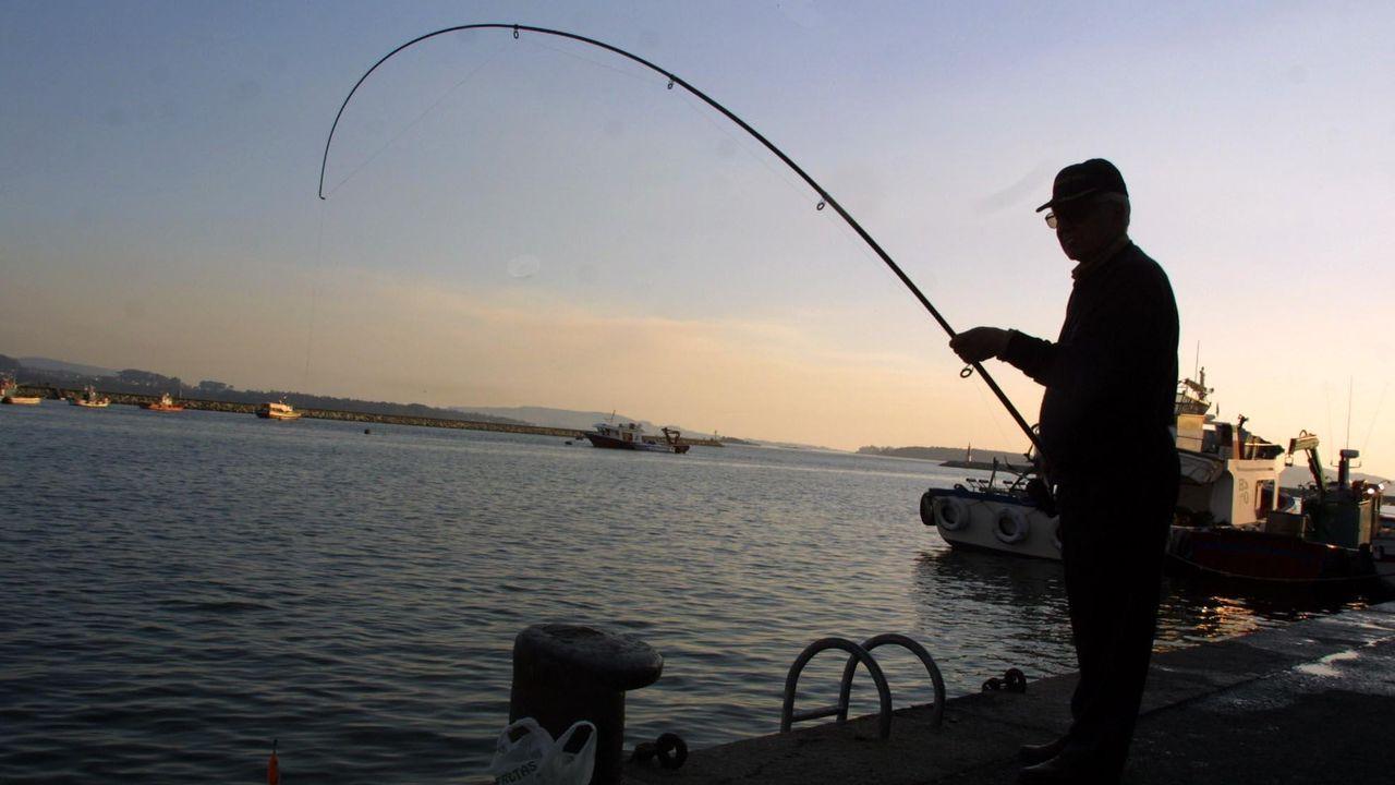 La Guardia Civil evitó un altercado entre percebeiros y bateeiros en A Barca de Muxía.Unos 70.000 gallegos tienen licencia para la pesca marítima recreativa, según Fedpemar