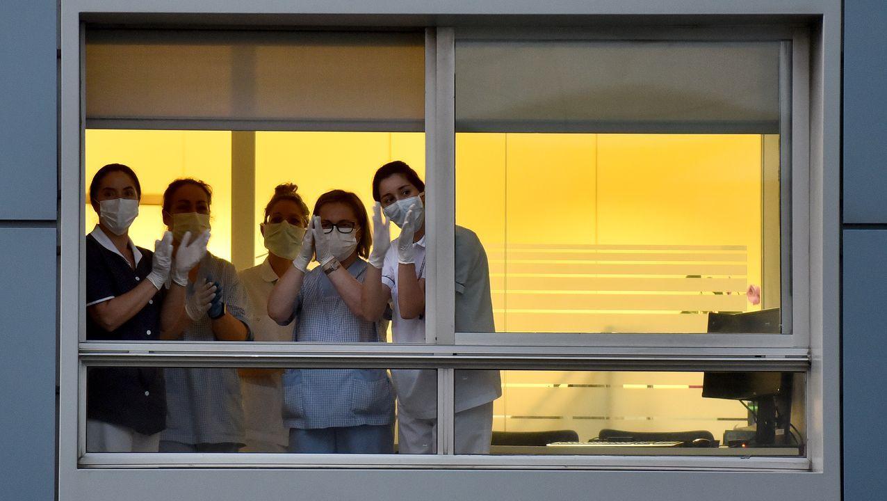Aplauso interhospitalario. Sanitarios del Hospital San Rafael de A Coruña aplauden a sus compañeros del Chuac —ambos hospitales están uno frente al otro— durante la cita diaria de las 20 horas que se instauró en todo el país para reconocer la labor de estos profesionales en la lucha contra la pandemia