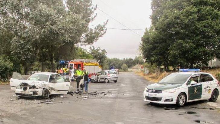 Los coches resultaron bastante dañados en la colisión frontal en Sarreaus