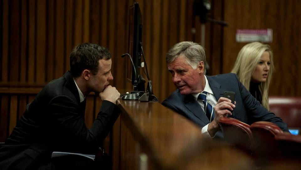 Oscar Pistorius, habla con miembros de su defensa en el Tribunal Superior de Pretoria durante su juicio por asesinato en Pretoria (Sudáfrica)