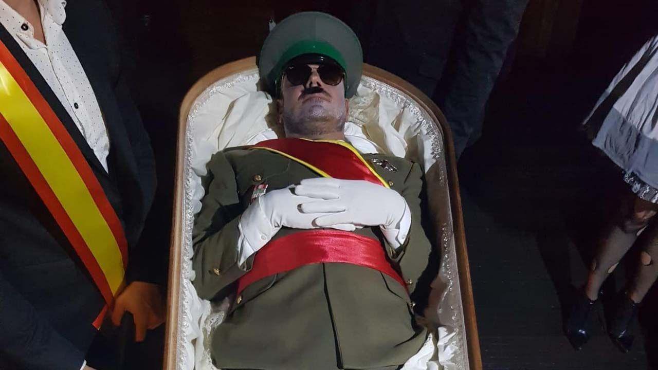 Pelayo González llega a la fiesta de Halloween, disfrazado de Franco, dentro de un furgón fúnebre.Andrea Avello en su viaje a Kromeritz.
