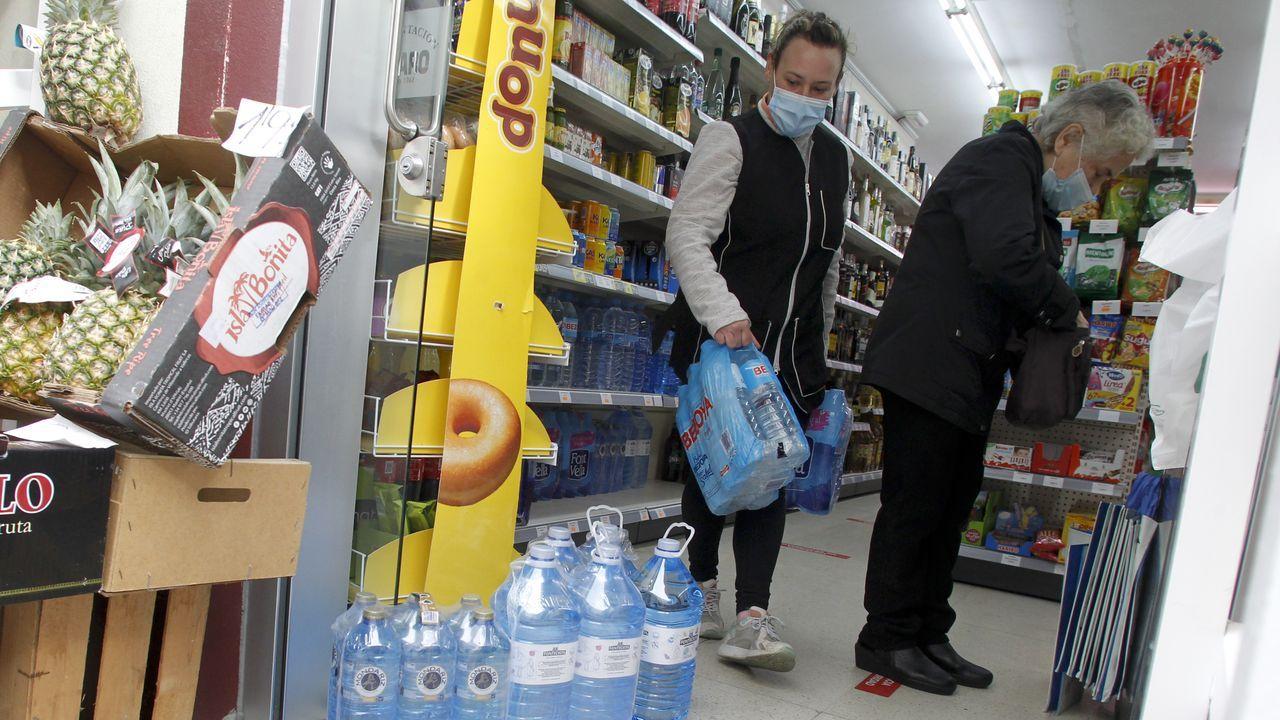 Vecinos adquiriendo agua en una tienda de Pontedeume