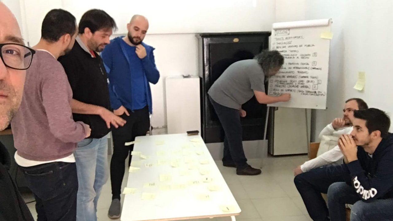 trabajador, trabajadores, construcción, empleados, guantes, martillo.Selfi de Antonio de la Torre durante una reunión de trabajo de Codesai