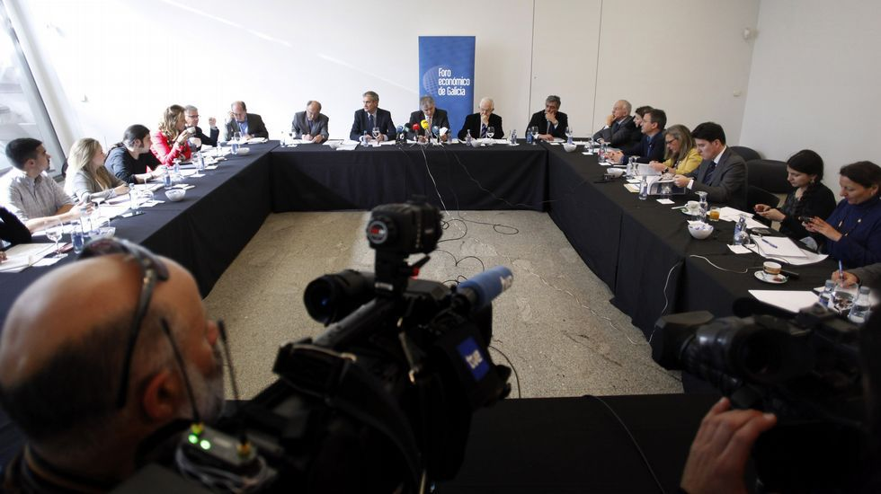 La militancia viguesa de EU celebró ayer la consulta en su sede de la Porta do Sol.