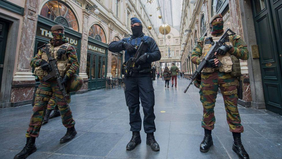 Bruselas, tomada por el ejército.Infantes del Tercio haciendo maniobras en el lago pontés