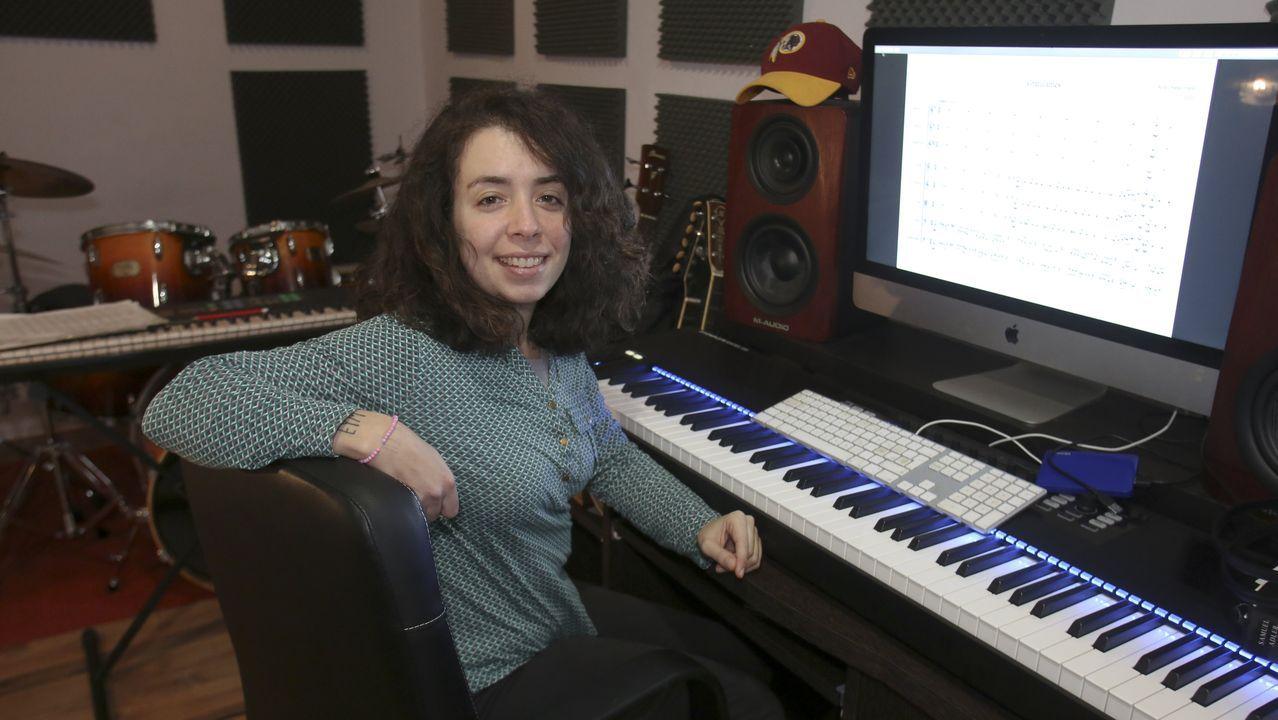 La compositora compostelana Sofía Oriana Infante, en su lugar de trabajo en su casa de Ferrol