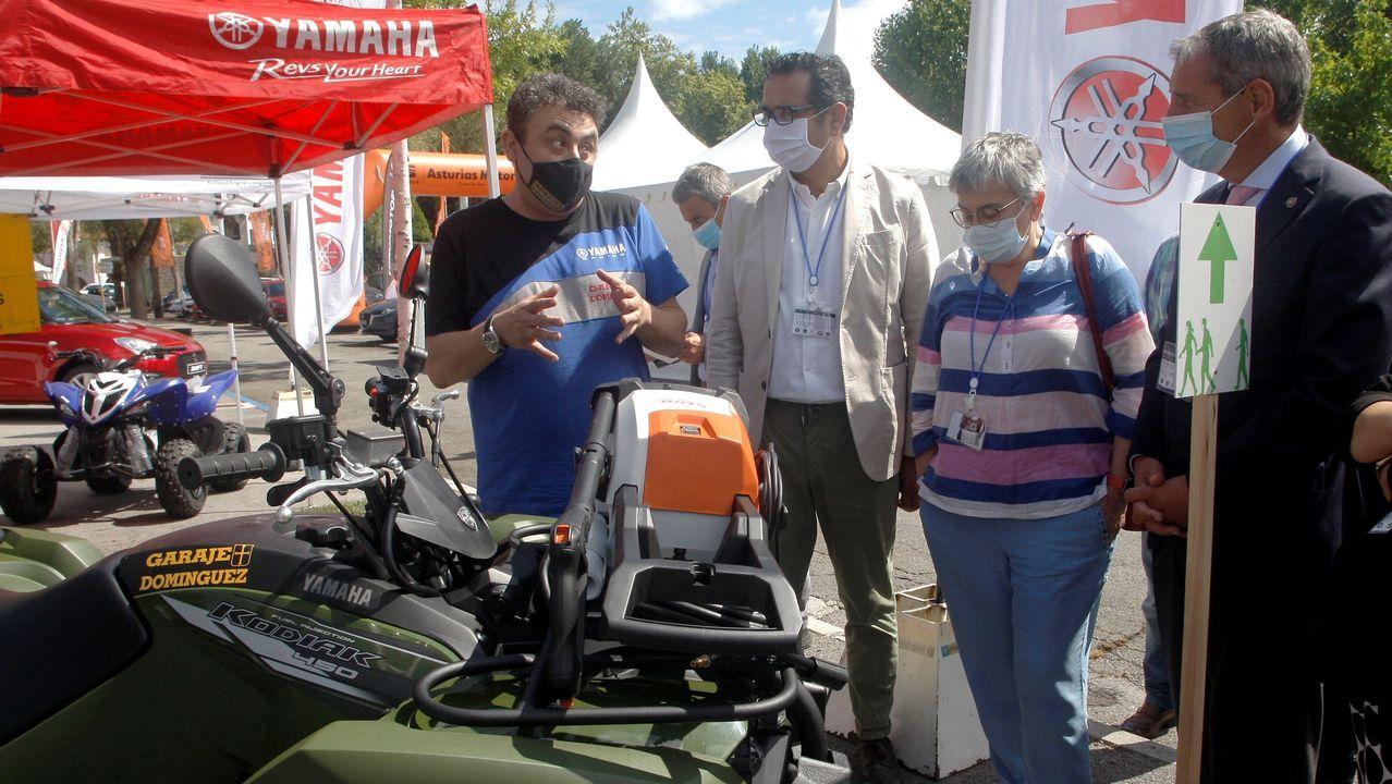 El director general de Turismo y Comercio del Principado de Asturias, Julio González Zapico (2i), acompañado por la alcaldesa de Gijón, Ana González (2d), y el vicepresidente de la Cámara de Comercio de Gijón, Pedro López Ferrer (d), durante la inauguración del Salón Automoción