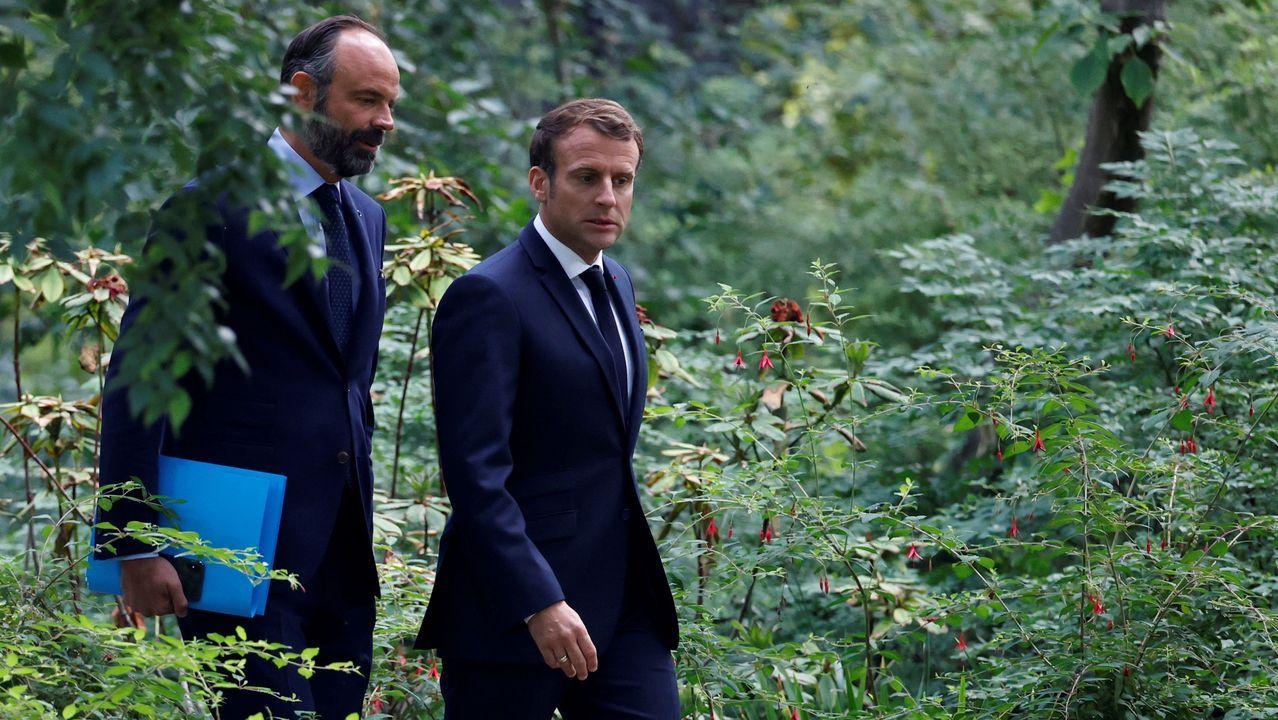 Emmanuel Macron y el primer ministro, Edouard Philippe, este lunes, en los jardines del Elíseo