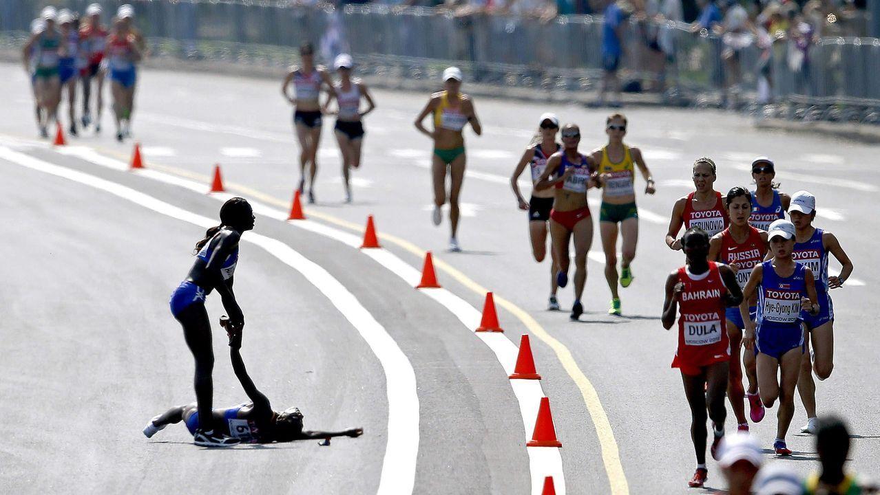 El salto de Yago Lamela que se convirtió en historia del deporte.La conselleira de Educación con los niños y al fondo el resto de ponentes en el colegio de Paradai