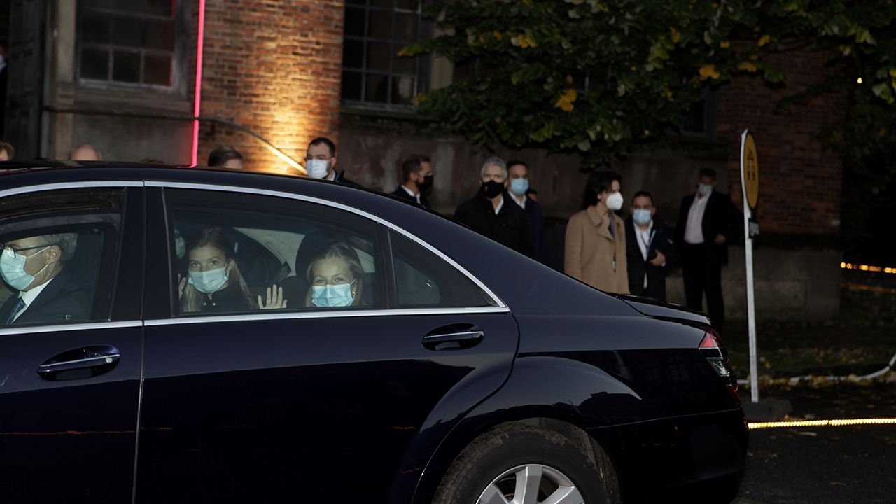 Sofía y Leonor se despiden, desde el coche, al finalizar la visita