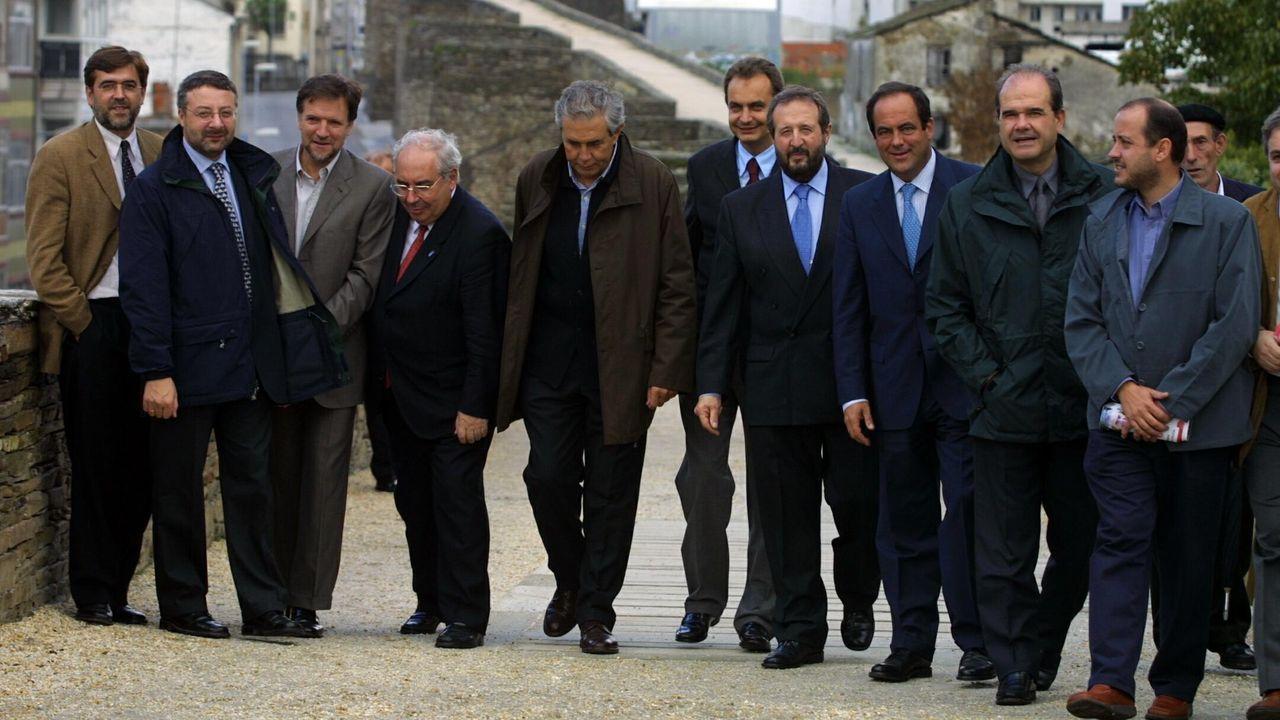 Zapatero ha sido el único presidente del Gobierno que ha visitado la Muralla de manera oficial, en octubre del 2004, pero esta foto es del 5 de octubre del 2001, con un buen puñado de históricos socialistas