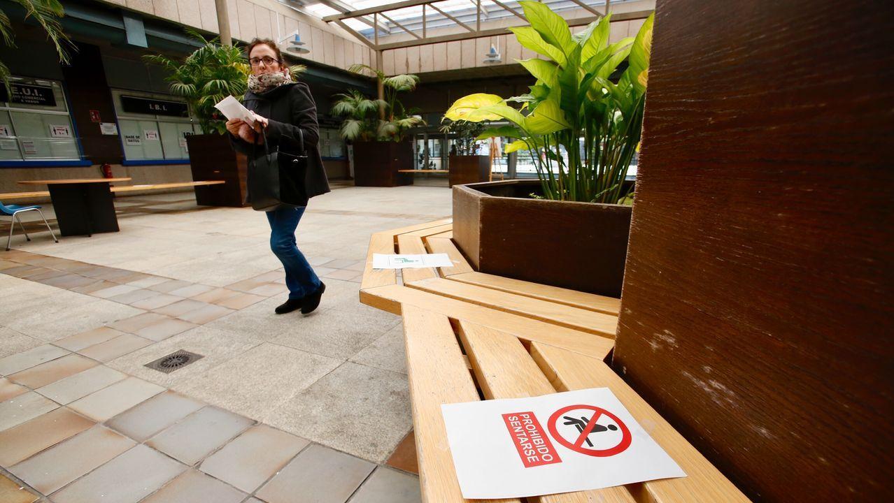 Recomendaciones en Vigo para guarda el metro y medio de distancia aconsejado entre personas para prevenir la transmisión del virus