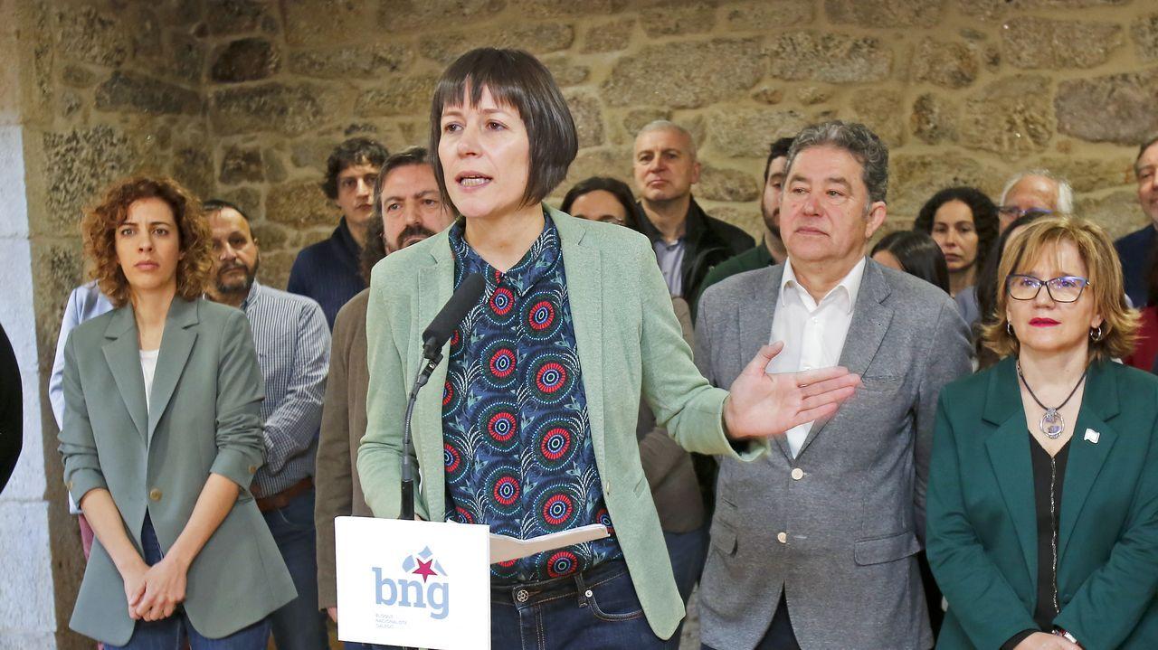 Gonzalo Caballero saluda al presidente de Bonilla a la Vista en un acto de precampaña celebrado este jueves en Arteixo.Ana Pontón, candidata del BNG a la presidencia de la Xunta, en una reunión en Santiago con cargos municipales de su partido