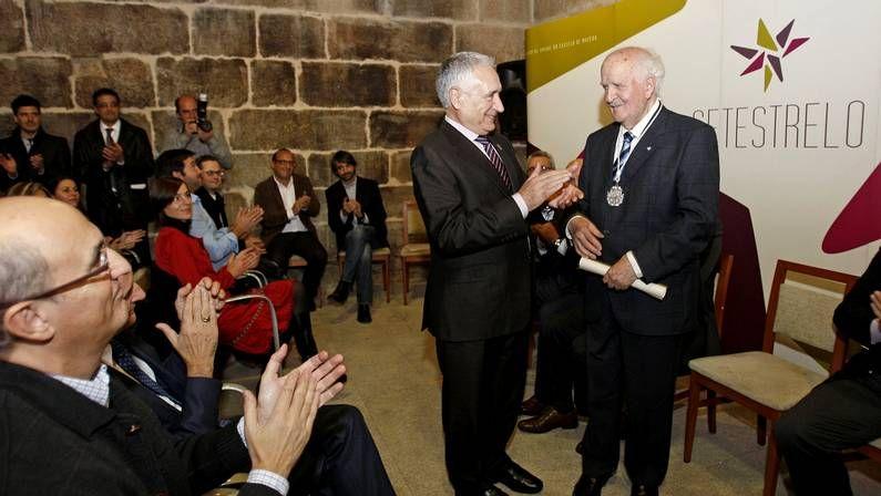 Fernández-Albalat recibió la medalla de plata de manos del presidente de Setestrelo, Francisco Nóvoa