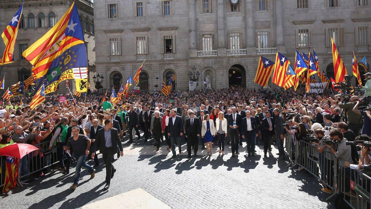 27 de octubre del 2017. Carles Puigdemont, Oriol Junqueras y Camen Forcadell, entre otros, salen a la Plaza de Sant Jaume tras aprobarse en el pleno del Parlament la declaración de independencia.