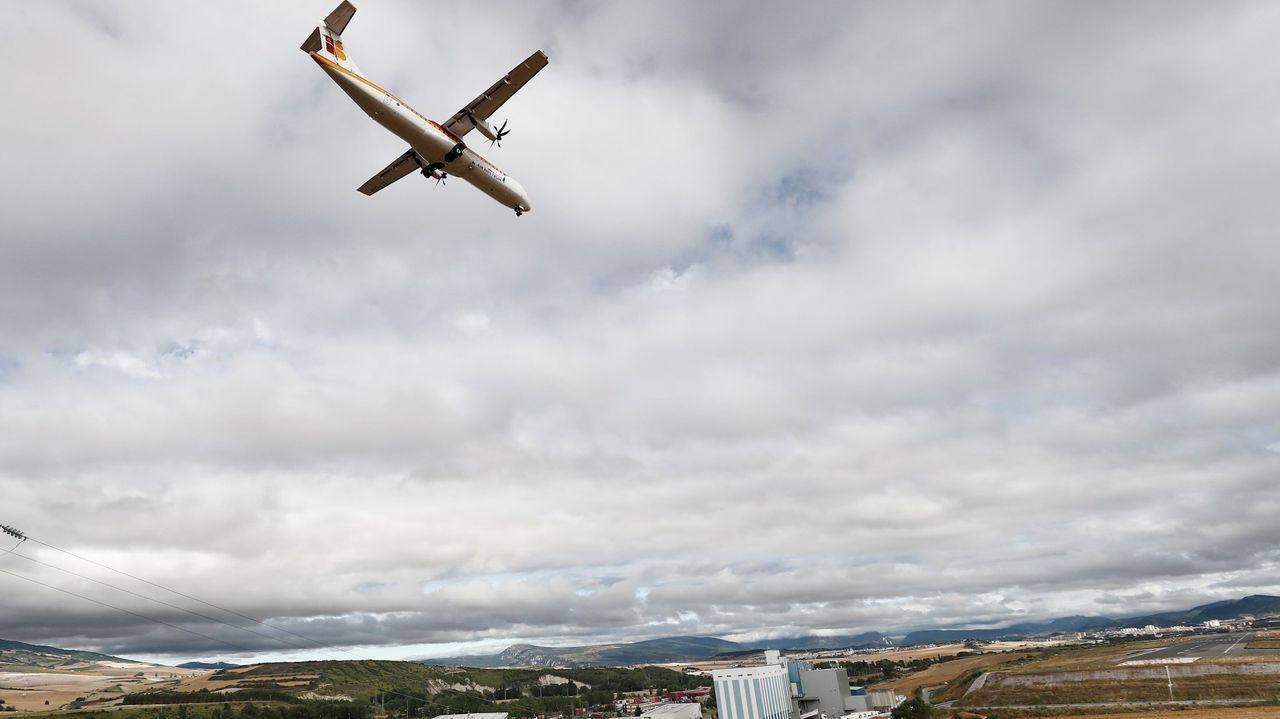 alvedro.Imagen de archivo de un avión de Vueling despegando en el aeropuerto de Alvedro