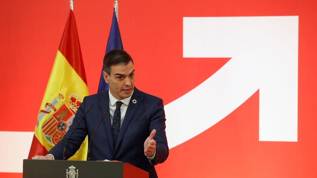 Pablo Casado, de espaldas, se dirige a Pedro Sánchez, este miércoles, en la sesión de control al Gobierno en el Congreso