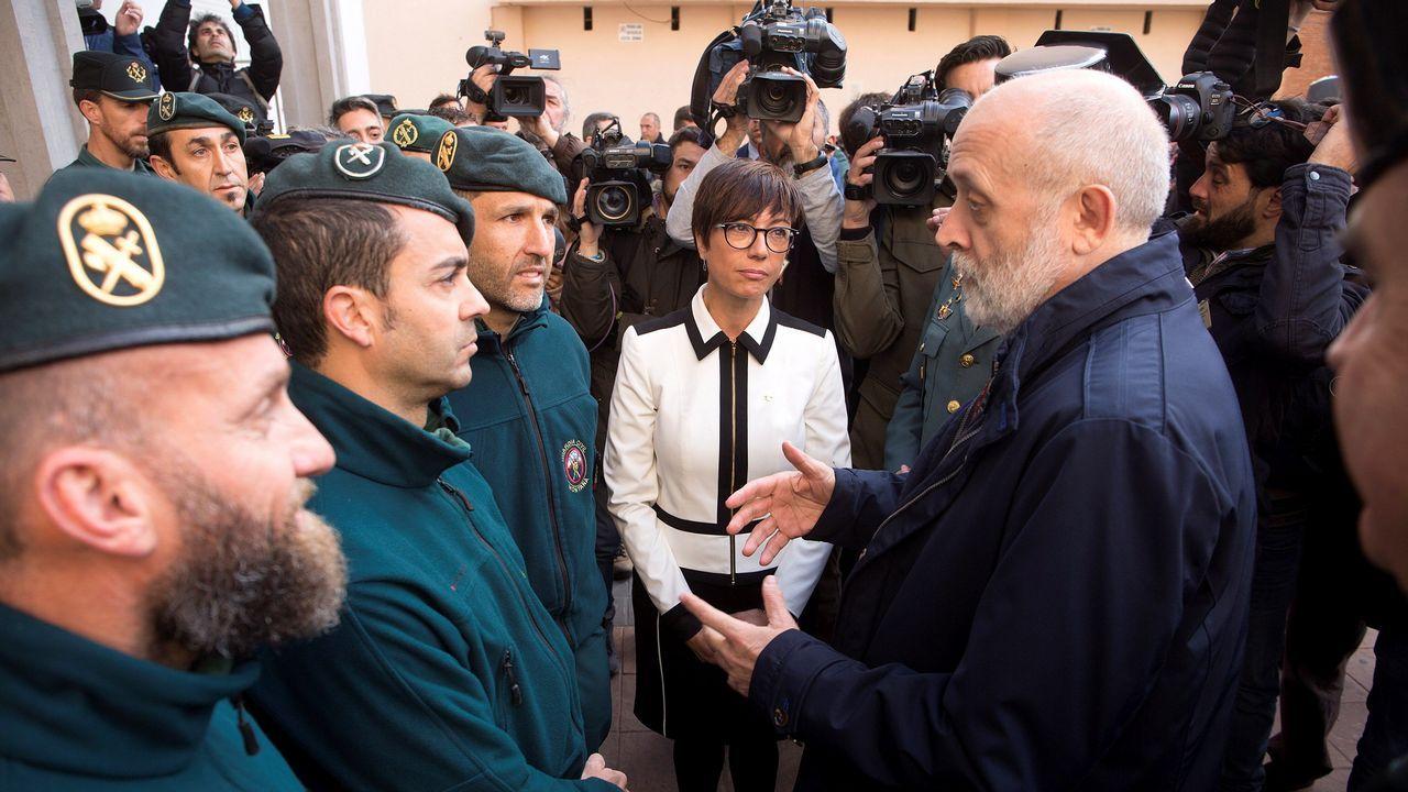 El director general de la Guardia Civil, Félix Azón, junto a la subdelegada del Gobierno en Málaga, María Gámez, saluda a los agentes de montaña que han participado durante trece días en el operativo de rescate de Julen