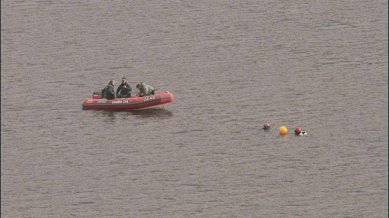 Submarinistas de la Guardia Civil buscan en el pantano de Iznájar (Córdoba) al hombre que pilotaba un autogiro que esta mañana ha caído al agua al chocar con unos cables de alta tensión, que provocaron una explosión en el aparato.