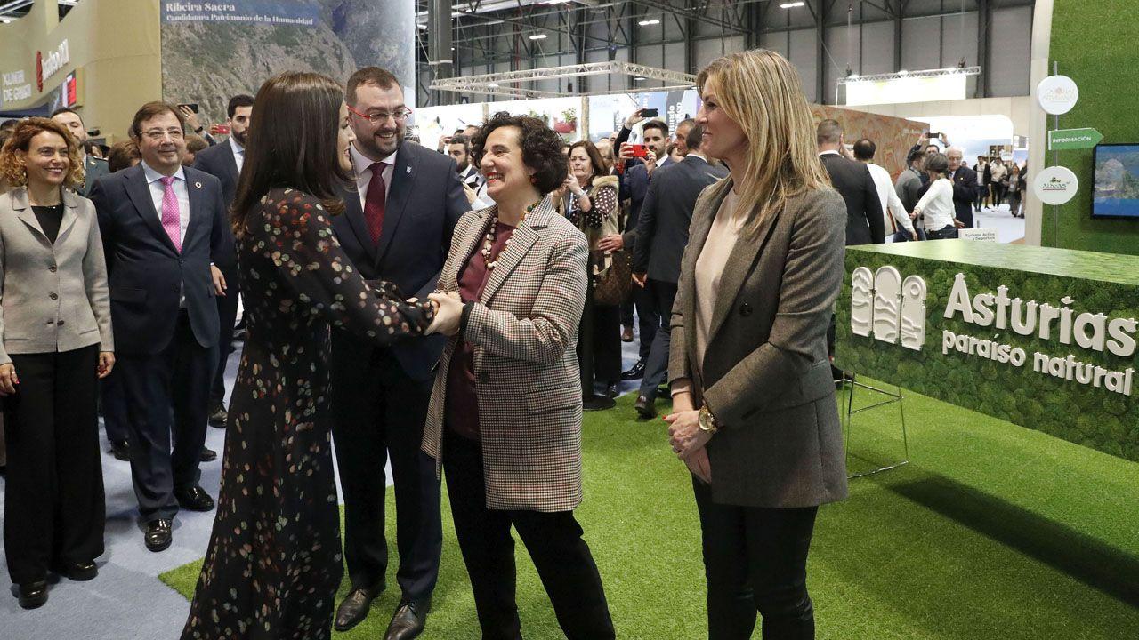 Letizia Ortiz saluda a Berta Piñán en presencia de Adrián Barbón y Graciela Blanco, en el estand de Fitur