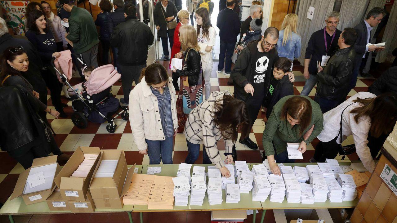 Un colegio electoral de Oviedo, lleno de votantes