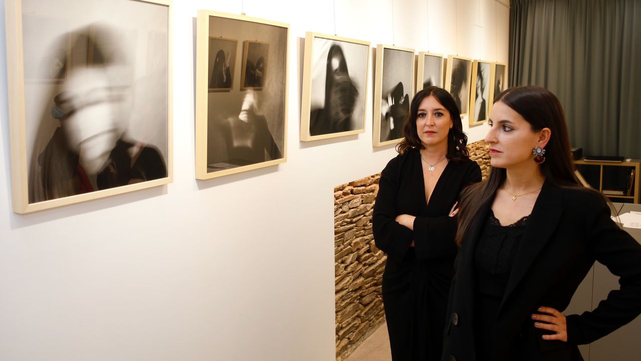 A fotógrafa Alba Díaz e a modelo María Cendán, na galería Vieiros