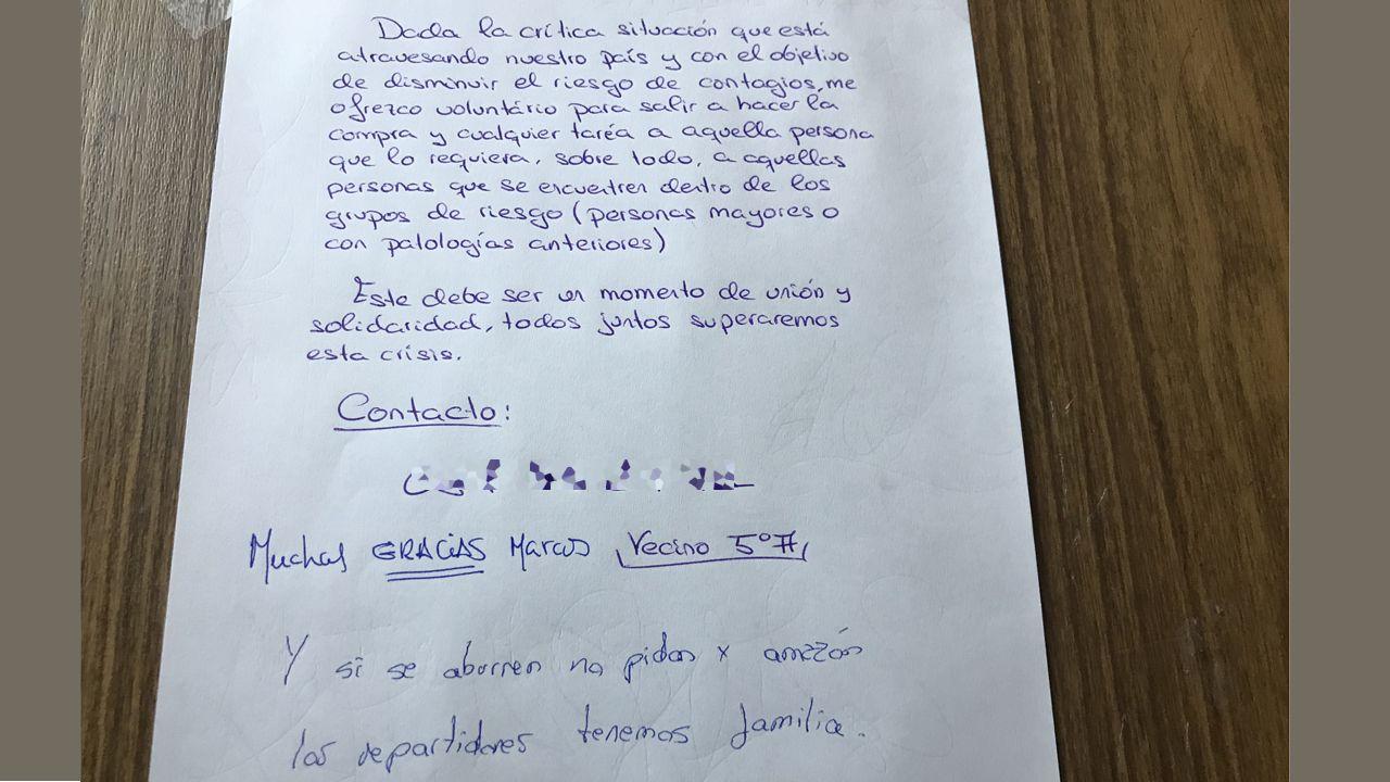 Asturias, asturiano, comunidad vecinal, Pola de Siero .Cartel de ofrecimiento de ayuda en una comunidad de vecinos