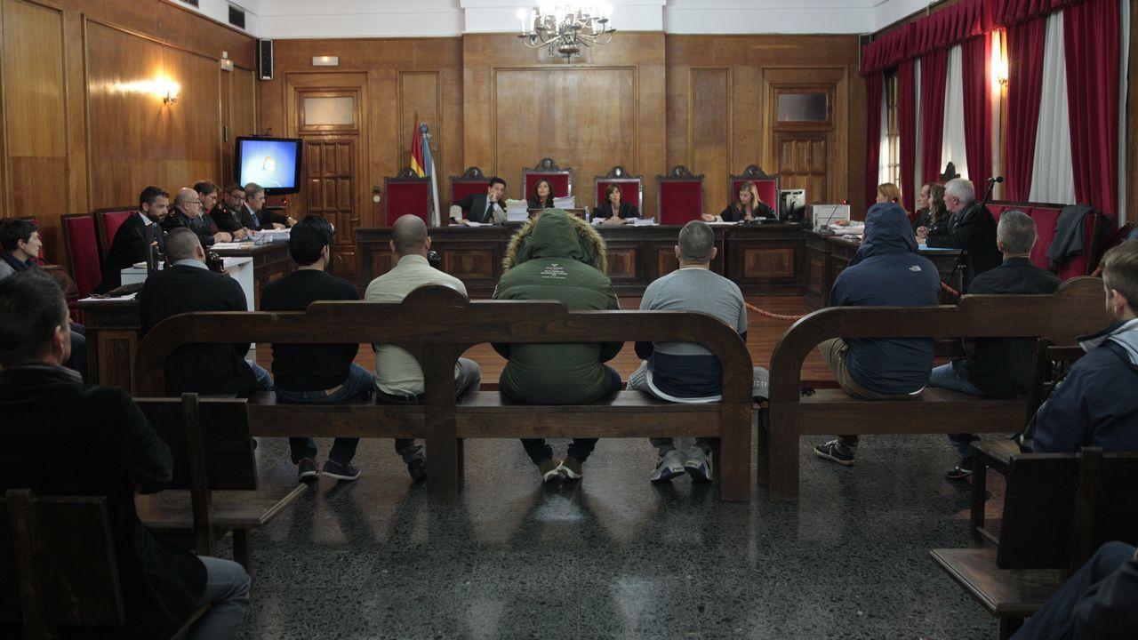 Manuel, segundo por la izquierda, con camisa de rayas de manga corta, el narcoabogado condenado, junto al resto de procesados