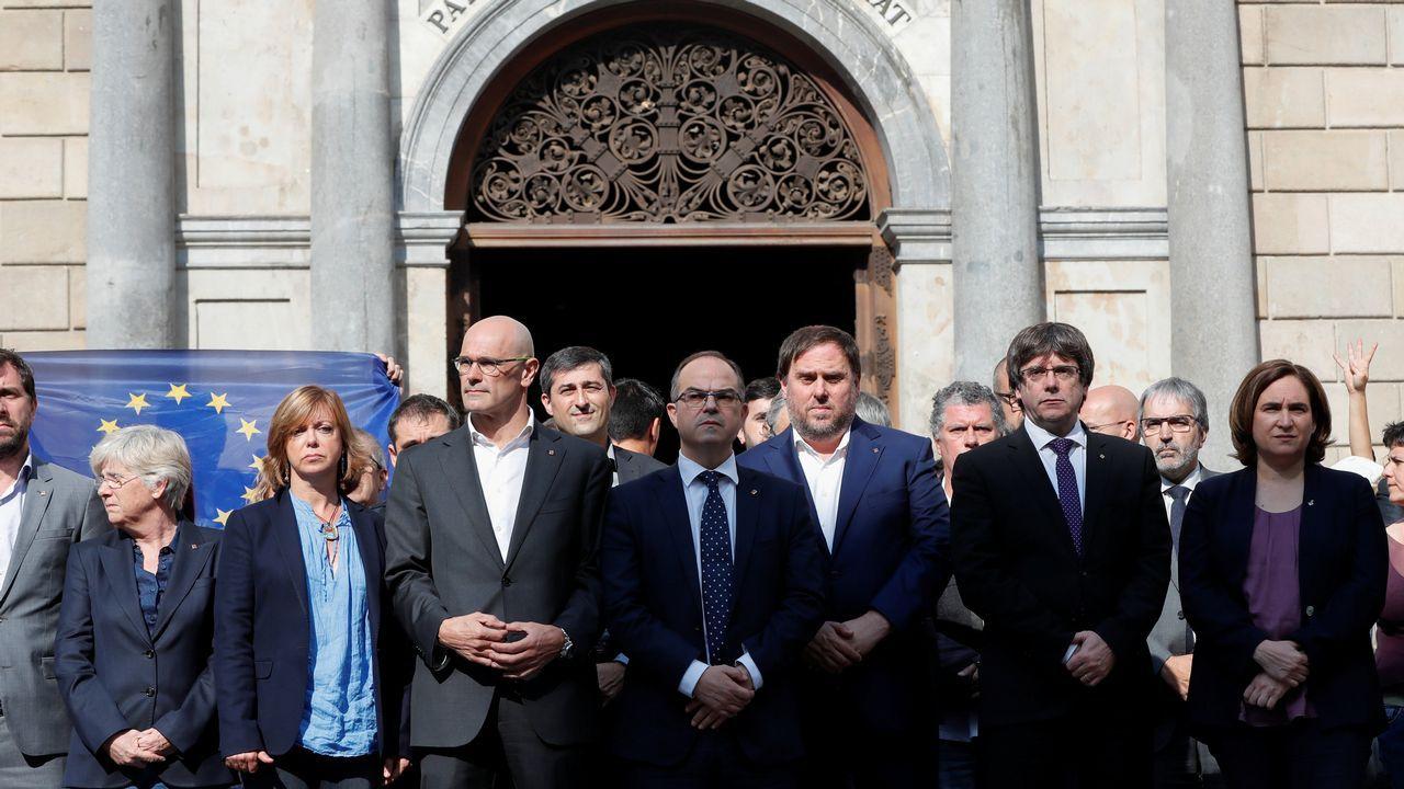 Concentración del Govern y de Ada Colau en favor de Jordi Sanchez y de Jordi Cuixart