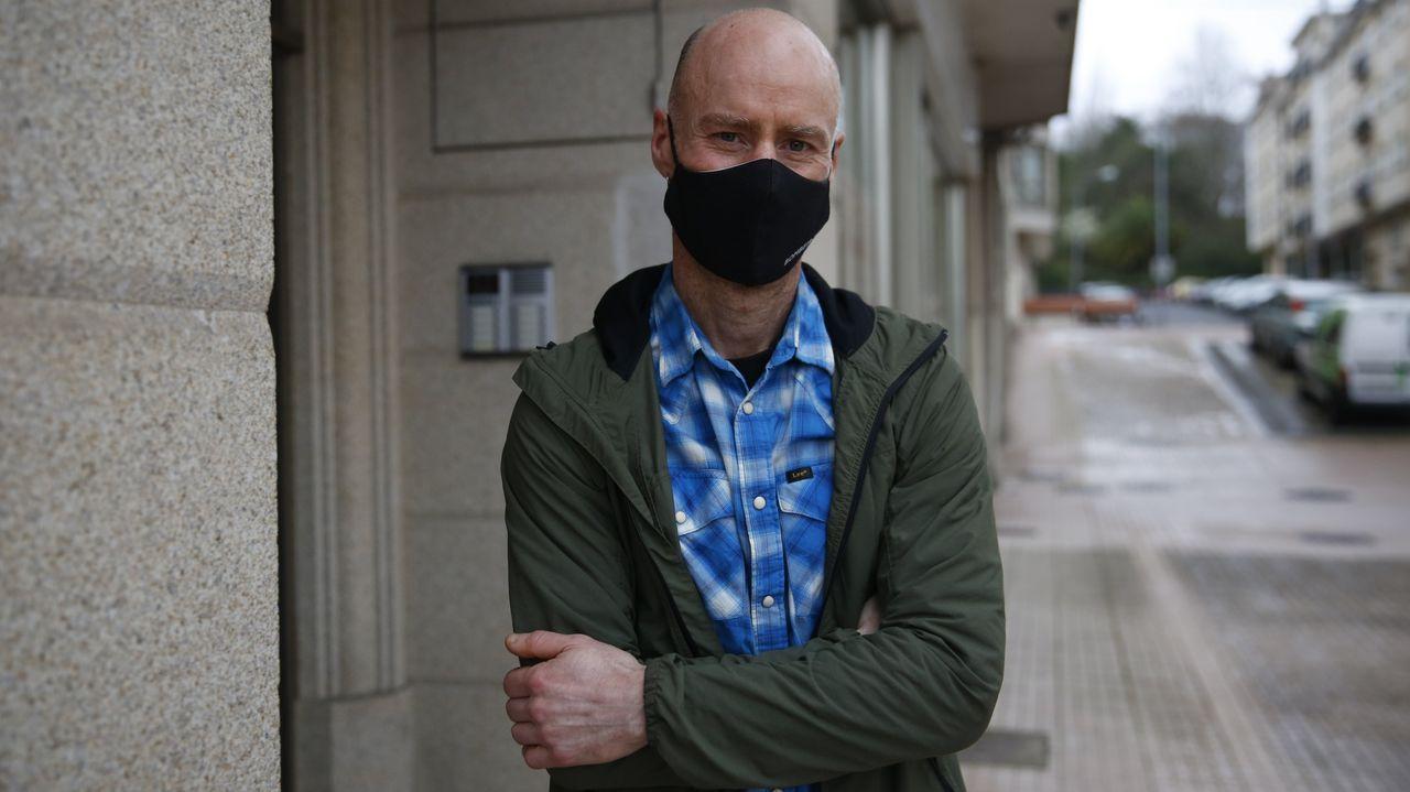 La Ciudad de la Justicia de Vigo, cada día más cerca.Un policía recibe la primera dosis contra el coronavirus