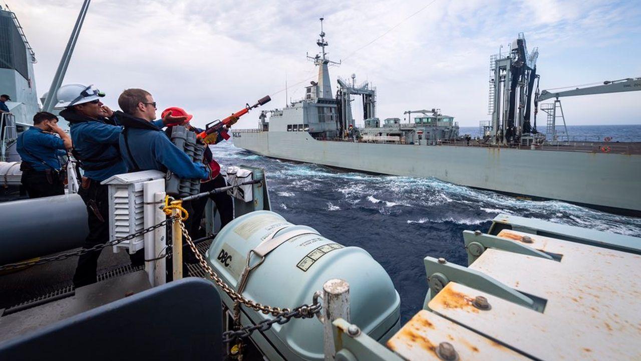 Maniobra de abastecimiento de combustible del Cantabria al buque canadiense HMCS Halifax