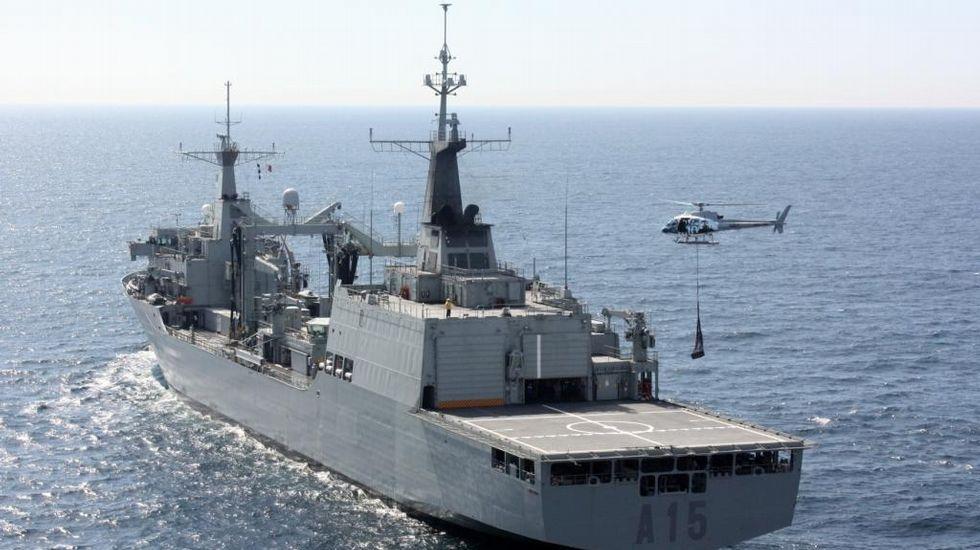 El «Cantabria» operando con su helicóptero embarcado