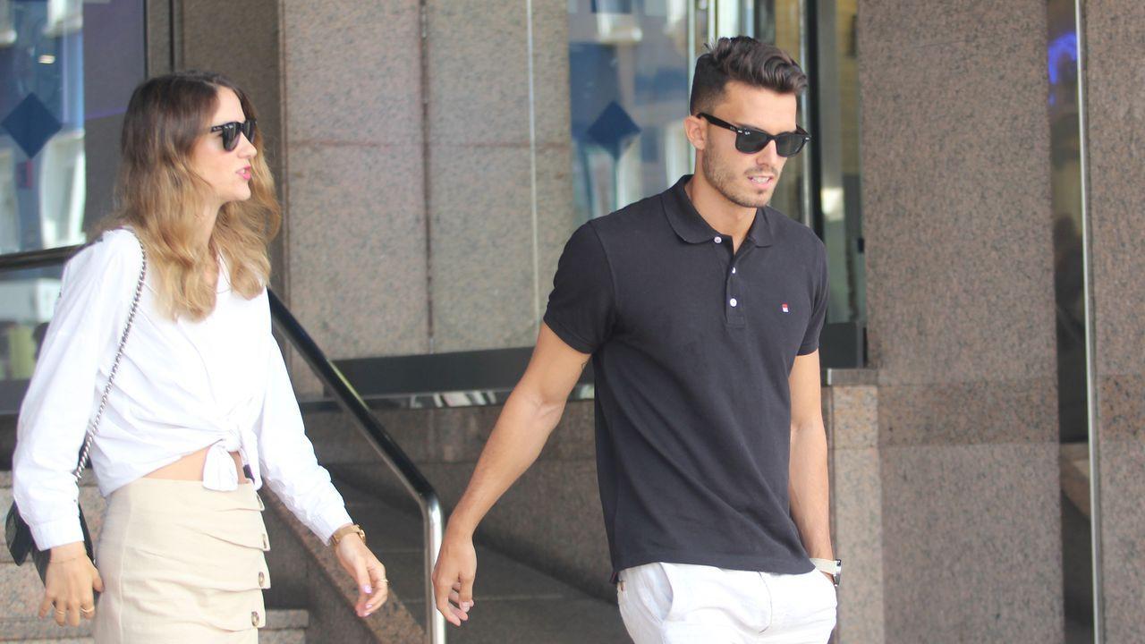 Luis Ruiz, con su pareja, esta mañana en A Coruña a la salida del hotel