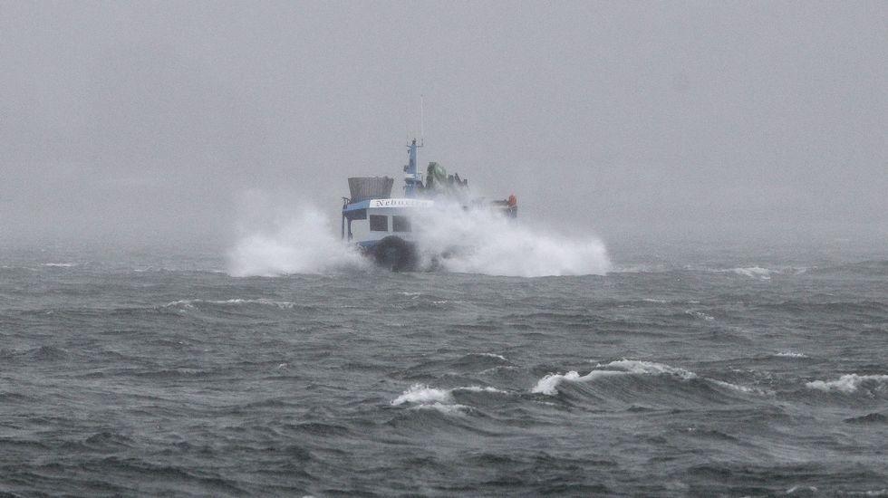 Un barco bateeiro avanza en medio del temporal hacia Moaña.