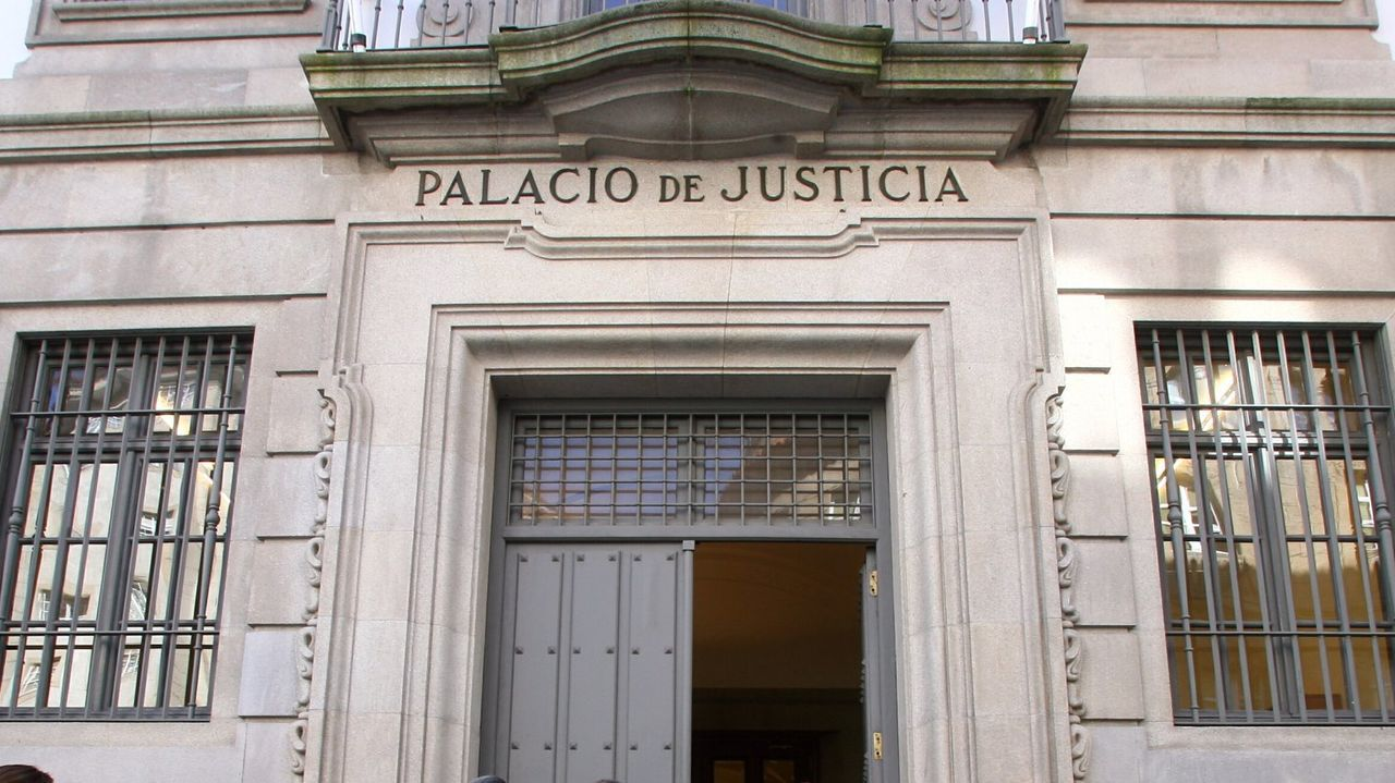El «thriller» policial «A estiba» llega a TVG.Los detenidos, ayer, a su llegada a los juzgados de Ourense en los coches policiales