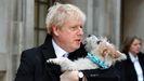 Boris Johnson, con su perro Dilyn en brazos, en una imagen de archivo