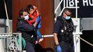 Un agente carga con un niño migrante rescatado en el canal de la Mancha.