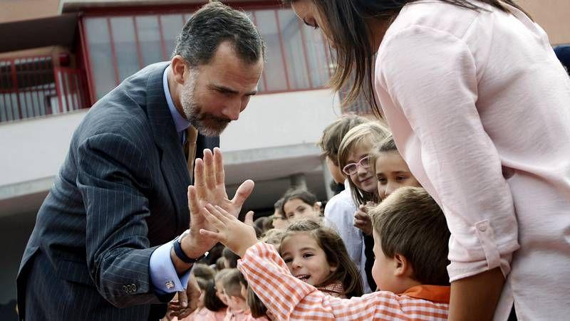 Visita de los Reyes a un colegio de Ourense.Roberto Teijido y Xosé Carrillo, recogiendo uno de los premios de la Fundación Luis Tilve.