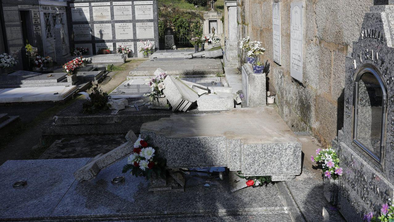 Quema de contenedores en la Sagrada Familia.Los vándalos destrozaron siete sepulturas en el camposanto parroquial de san Bernabé