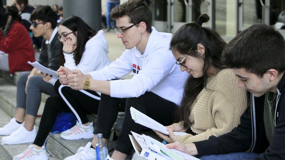 Los alumnos -estos en la facultad de Empresariales de  Lugo- repasan hasta el último minuto para garantizarse el mejor resultado