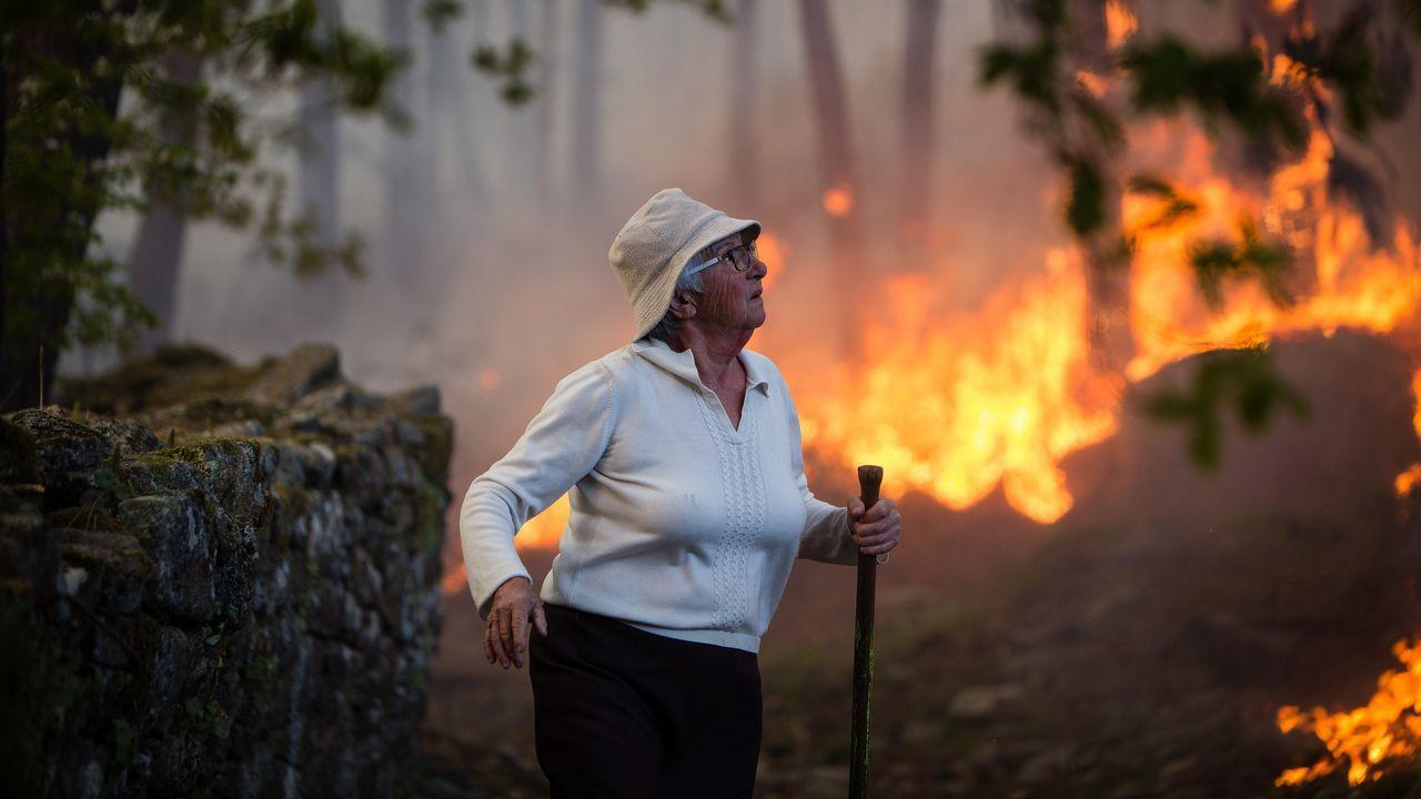 Operario trabajando en la extinción de un incendio en Tremoedo