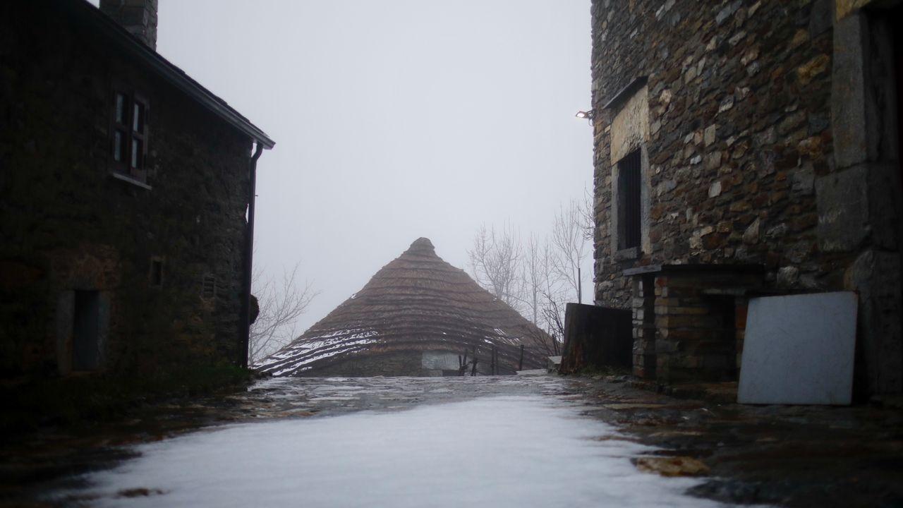 La nieve cayó ayer en O Cebreiro, que estaba vacío de turistas y peregrinos