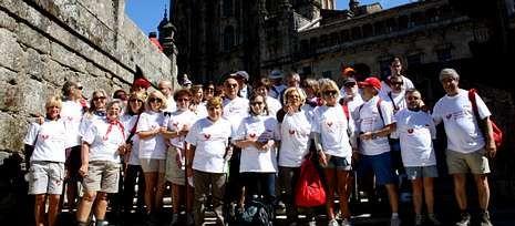 El grupo de 46 pacientes cardíacos y sus familiares el domingo a su llegada a la plaza del Obradoiro.