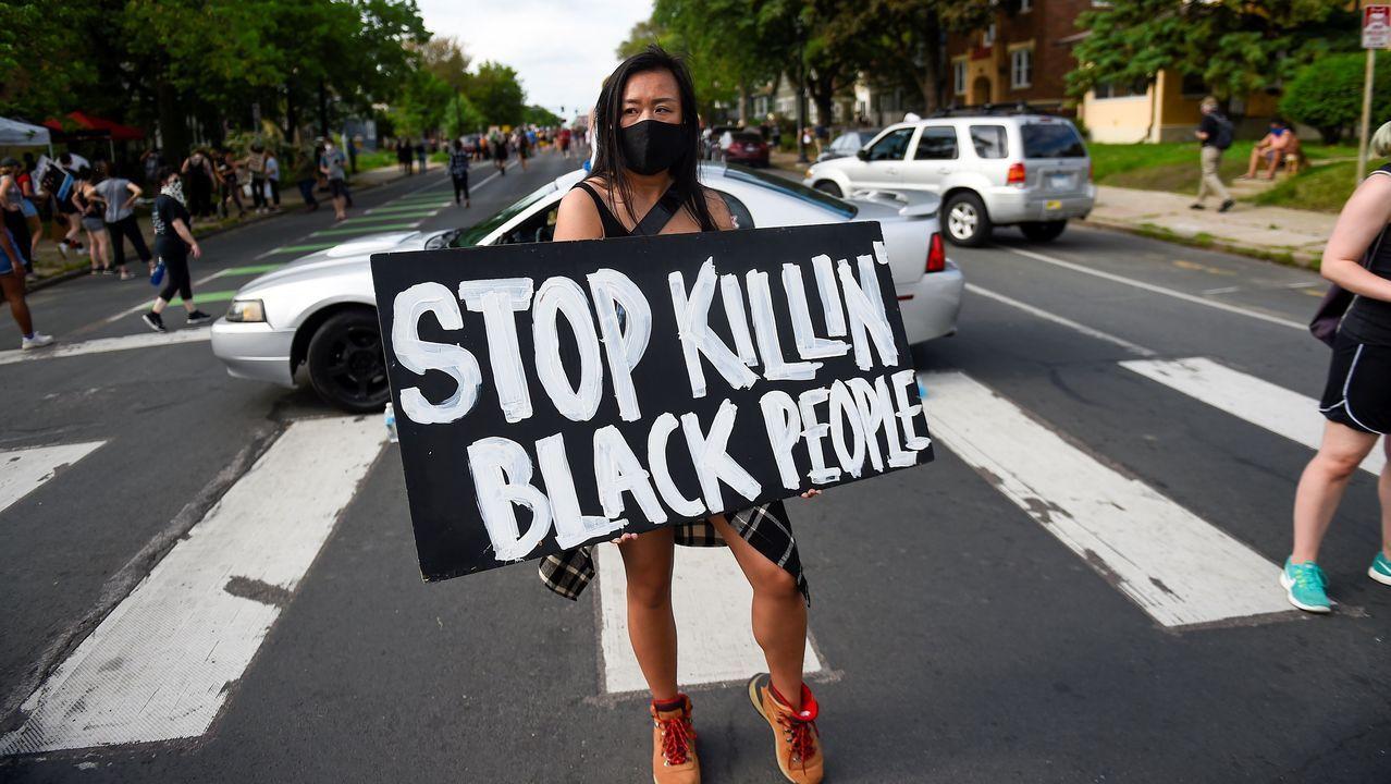 Una joven participa en una protesta el martes en Mineápolis, en el lugar donde falleció George Floyd a manos de la policía