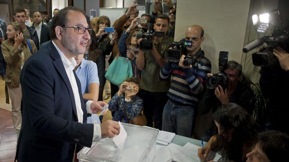 El candidato de Unió a la Generalitat, Ramon Espadaler, deposita su voto en Vic