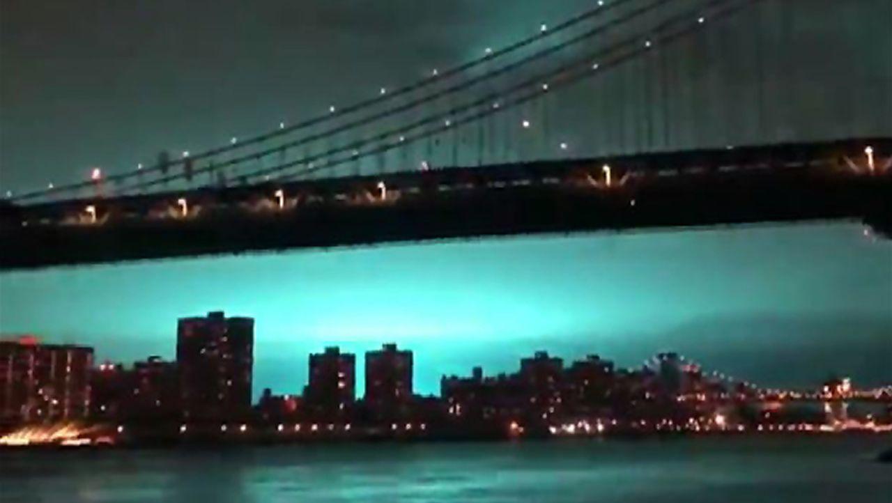 ¿Por qué se tiñó de azul el cielo de Nueva York?