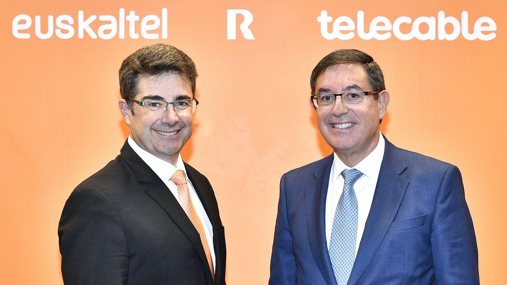 José Miguel García, a la izquierda, junto al presidente del grupo, Alberto García