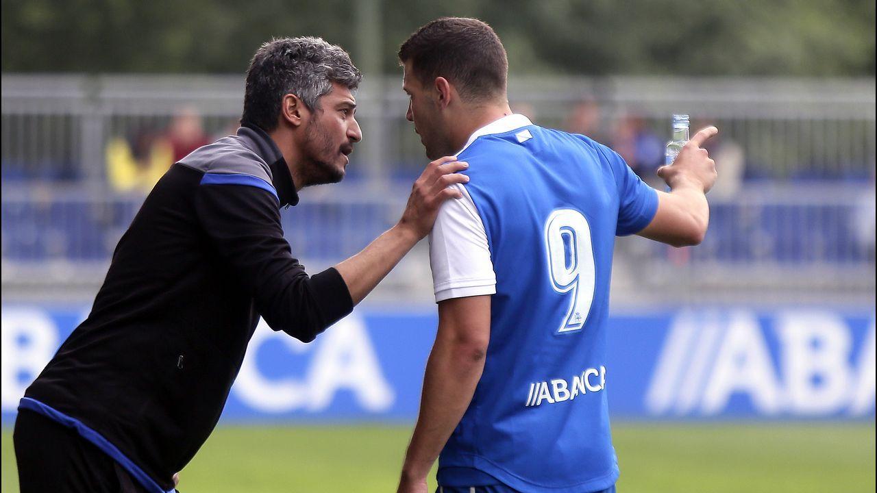 Tino Fernández posa con uno de los nuevos abonos del Deportivo