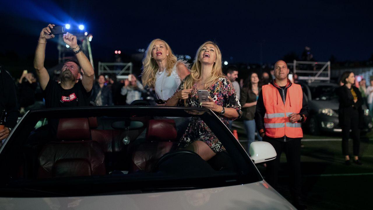 Asistentes al concierto de Natassa Theodoridou en Atenas, dentro de sus coches