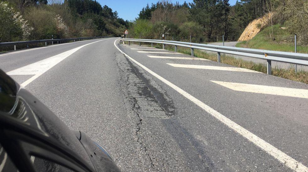 n120.Los eternos baches. A lo largo de la N-120, en especial en el tramo entre Quiroga y Monforte se van sucediendo los baches, algunos pequeños, otros medianos y otros de varios metros, con el de la imagen, que obligan a acercarse a la mediana de la carretera para evitarlo.